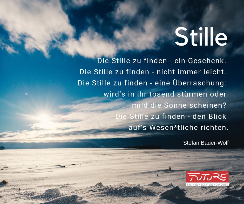 Stille Zitat Stefan Bauer-Wolf - Die Stille zu finden - ein Geschenk. Die Stille zu finden - nicht immer leicht. Die Stille zu finden - eine Überraschung: wird's in ihr tosend stürmen oder mild die Sonne scheinen? Die Stille zu finden - den Blick auf's Wesentliche richten